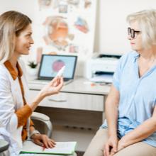femme d'âge mur en train de parler avec une ophtalmologue pendant une consultation médicale
